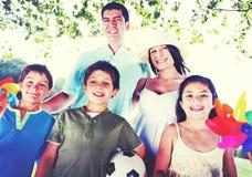 Concepto feliz de la naturaleza de la relajación de las vacaciones de la familia al aire libre Fotografía de archivo