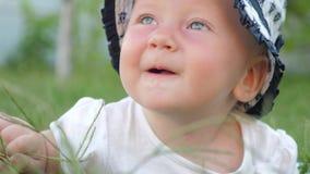 Concepto feliz de la niñez Ser humano y naturaleza metrajes
