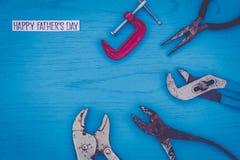 Concepto feliz de la vida del día del ` s del padre aún con las herramientas gastadas en tablero azul Fotografía de archivo