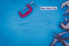 Concepto feliz de la vida del día del ` s del padre aún con las herramientas gastadas en tablero azul Fotos de archivo