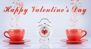 Concepto feliz del día de tarjetas del día de San Valentín con las tazas y el reloj Foto de archivo libre de regalías