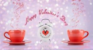 Concepto feliz del día de tarjetas del día de San Valentín con las tazas y el reloj Imagen de archivo libre de regalías