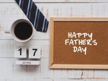Concepto feliz del día del ` s del padre 17 de junio calendario de bloque de madera, lazo, Fotos de archivo