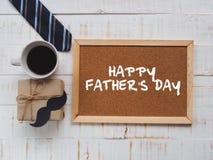 Concepto feliz del día del ` s del padre 17 de junio calendario de bloque de madera, lazo, Imagenes de archivo