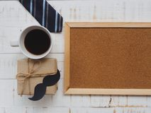 Concepto feliz del día del ` s del padre 17 de junio calendario de bloque de madera, lazo, Fotos de archivo libres de regalías