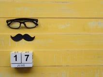 Concepto feliz del día del ` s del padre 17 de junio calendario de bloque de madera, musta Foto de archivo
