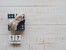 Concepto feliz del día del ` s del padre 17 de junio calendario de bloque de madera, musta Fotos de archivo