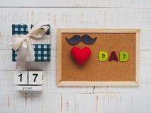Concepto feliz del día del ` s del padre 17 de junio calendario de bloque de madera, musta Fotografía de archivo