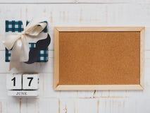 Concepto feliz del día del ` s del padre 17 de junio calendario de bloque de madera, musta Imagen de archivo