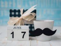 Concepto feliz del día del ` s del padre 17 de junio calendario de bloque de madera, regalo Fotos de archivo libres de regalías