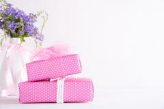 Concepto feliz del d?a de madres Caja de regalo con la flor púrpura en el fondo de madera blanco de la tabla foto de archivo