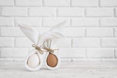 Concepto feliz del fondo de pascua Paño blanco del minimalismo el mismo conejito o conejo para el regalo o presente en la pared d imagenes de archivo