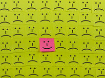 Concepto feliz e infeliz Fondo de notas pegajosas Imagenes de archivo