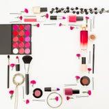 Concepto femenino con los cosméticos - lápiz labial, esmalte de uñas y accesorios en el fondo blanco Endecha plana, visión superi Fotos de archivo libres de regalías