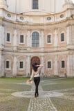 Concepto femenino de la moda del viajero Retrato al aire libre de hermoso Imagenes de archivo