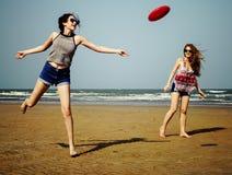 Concepto femenino de la muchacha del verano de la costa de la frialdad de la playa del disco volador foto de archivo libre de regalías