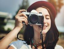 Concepto femenino de Smiling Vintage Camera del fotógrafo Imagen de archivo libre de regalías