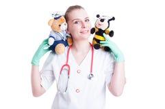 Concepto femenino del doctor de Trusthworthy con el doctor joven que sostiene plu Imagenes de archivo
