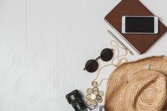Concepto femenino del estilo del viaje Sistema de accesorios del ` s de las mujeres en la tabla de madera blanca Imagen de archivo libre de regalías