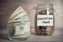 Concepto financiero con la etiqueta del fondo de educación Foto de archivo