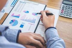 Concepto financiero de las actividades bancarias de la contabilidad del negocio, hombre de negocios que hace finanzas y calcular  imagen de archivo