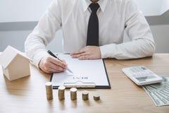 Concepto financiero de las actividades bancarias de la contabilidad del negocio, hombre de negocios que hace finanzas y calcular  imagen de archivo libre de regalías