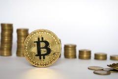 Concepto financiero del crecimiento con la escalera de Bitcoins en el fondo blanco, dinero virtual foto de archivo libre de regalías