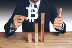 Concepto financiero del crecimiento, hombre de negocios que se sostiene mostrando el bitcoin sy Imagenes de archivo