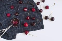 Concepto fresco del helado de las cerezas en servilleta a cuadros imagen de archivo libre de regalías