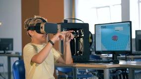 Concepto futurista de la educación Muchacho en los vidrios de la realidad virtual studing ciencia metrajes