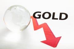 Concepto global del descenso de precio del oro Imagenes de archivo
