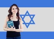 Concepto hebreo de la lengua con el estudiante de mujer feliz y la bandera de Israel fotos de archivo libres de regalías