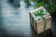 Concepto hecho a mano de las celebraciones de la rama de árbol de abeto de la caja de regalo de la Navidad Foto de archivo