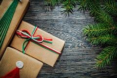 Concepto hecho a mano de los días de fiesta de la rama de árbol de pino de la caja de regalo de la Navidad Imagen de archivo libre de regalías