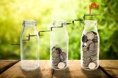 Concepto hermoso del crecimiento de la inversión empresarial que recoge monedas adentro Fotografía de archivo