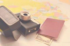 Concepto hermoso para el viaje del verano Trace con puesta del sol y los accesorios para el planeamiento de las vacaciones Fotografía de archivo