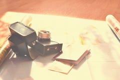 Concepto hermoso para el viaje del verano Trace con puesta del sol y los accesorios para el planeamiento de las vacaciones Imágenes de archivo libres de regalías