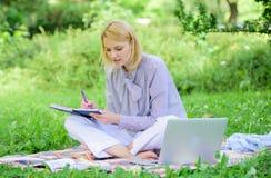 Concepto independiente de la carrera Guía que comienza carrera independiente Trabajo independiente de la señora del negocio al ai foto de archivo libre de regalías