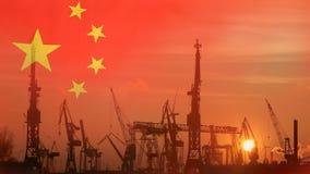 Concepto industrial con la bandera de China en la puesta del sol metrajes