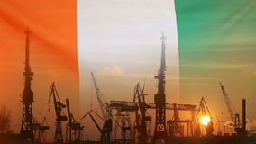 Concepto industrial con la bandera de Costa de Marfil en la puesta del sol ilustración del vector