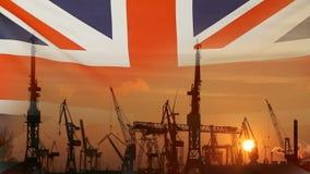 Concepto industrial con la bandera de Reino Unido en la puesta del sol almacen de metraje de vídeo
