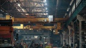 Concepto industrial Gente que trabaja en una planta manufartouring metrajes