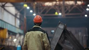 Concepto industrial Planta de la construcción Un hombre que controla el proceso de la fabricación almacen de metraje de vídeo