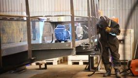 Concepto industrial Un soldador del hombre que trabaja en la fábrica almacen de metraje de vídeo