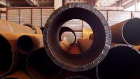 Concepto industrial Una planta de la construcción Tubos grandes que mienten en el piso metrajes