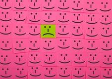 Concepto infeliz y feliz Fondo de notas pegajosas Imagen de archivo