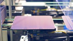 Concepto innovador de la producción Placas solares del módulo que son descargadas y que se mueven a lo largo del transportador metrajes