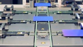 Concepto innovador moderno de la fábrica Distribución de elementos solares en el transportador metrajes