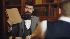 Concepto inteligente de la ?lite y de la educaci?n Hombres con los estantes antiguos en fondo Los hombres inteligentes, científic almacen de metraje de vídeo