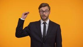 Concepto irritado del gesto, de los chismes y de las rumores del bla-bla de la demostración del hombre de negocios almacen de metraje de vídeo